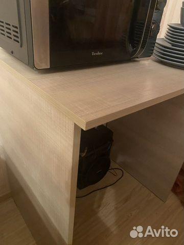 Микроволновая печь, набор посуды и стол